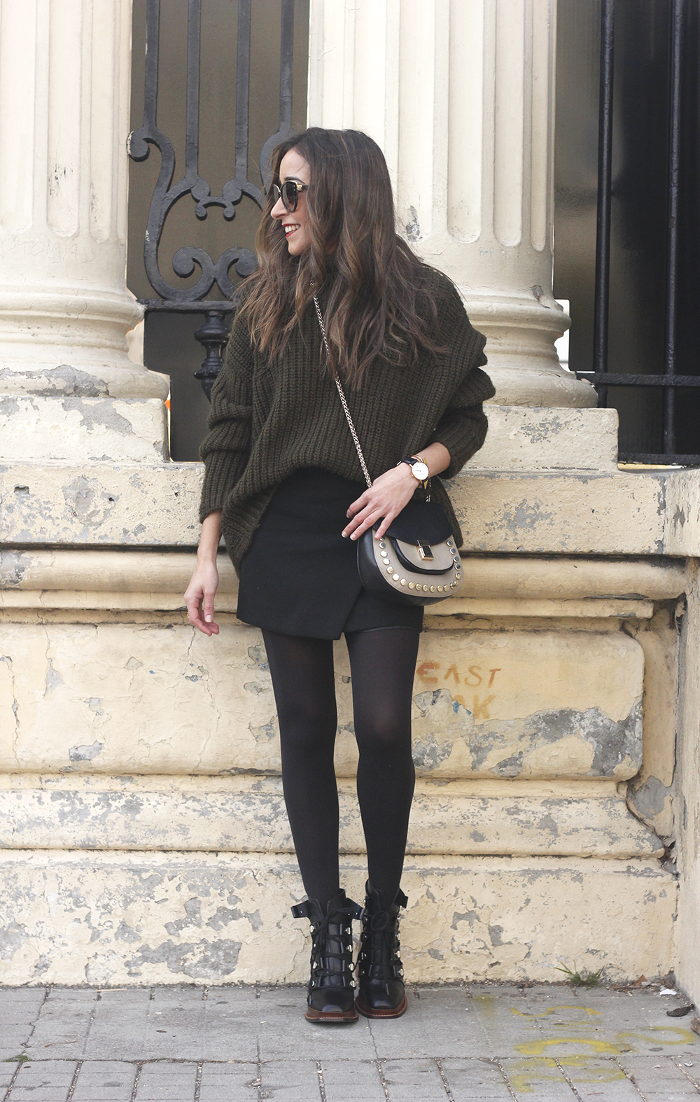 green sweater booties black skirt uterqüe bag style fashion winter outfit03