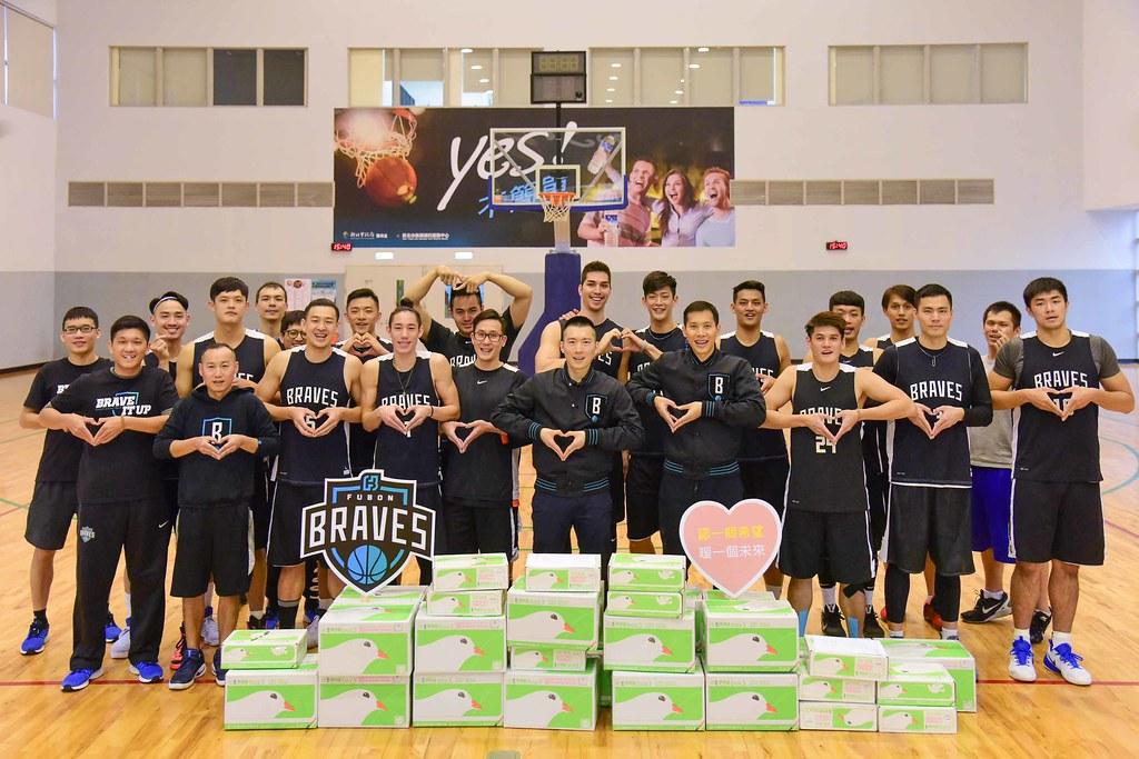 富邦勇士籃球隊做公益。(富邦提供)