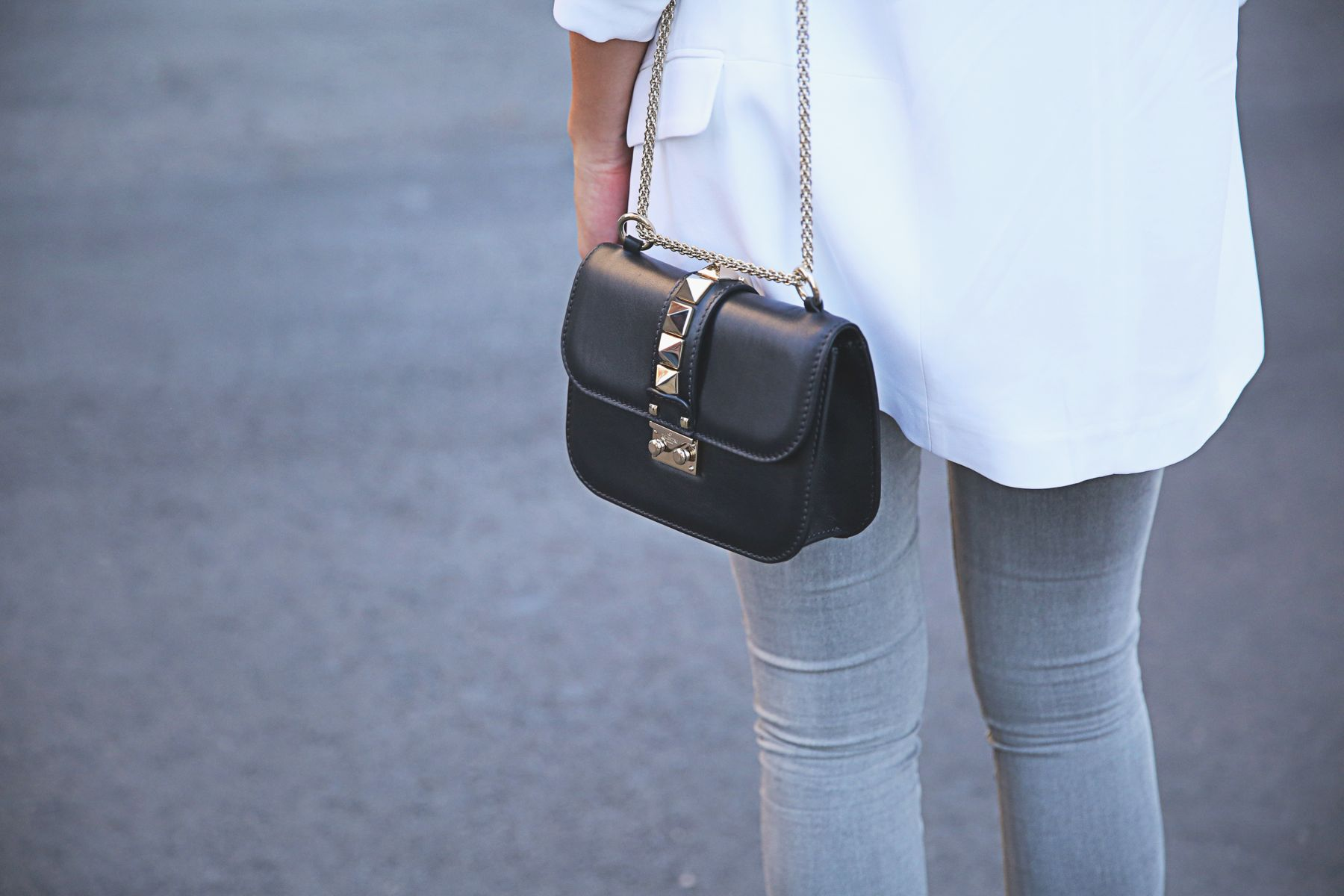trendy-taste-look-outfit-street-style-ootd-blog-blogger-fashion-spain-moda-españa-SS15-verano2015-tendencias-trends-zara-buylevard-valentino-jessica-simpson-skinny-jeans-grey-white-blazer-americana-blanca-vaqueros-pitillo-sandalias-sandals-etnicas-10
