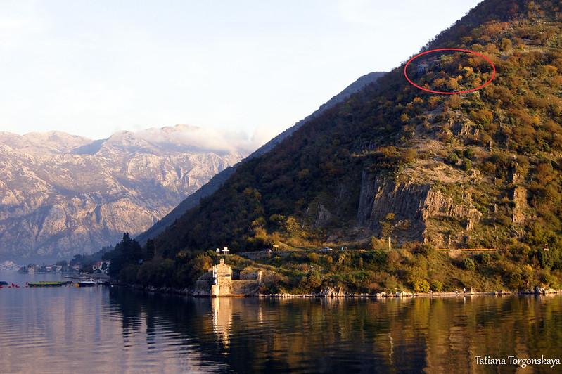 Фрагмент горы с крепостью с противоположного берега