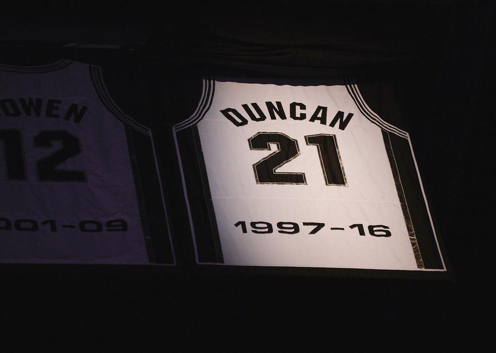 Tim Duncan的21號球衣高掛。(達志影像)