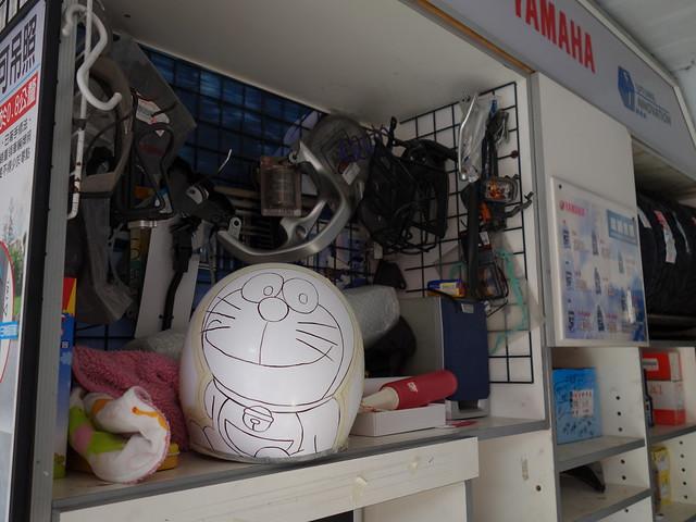 老闆準備上色的哆啦A夢安全帽@台中動漫彩繪巷
