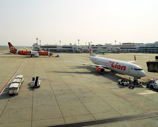 Aviones en el aeropuerto de Krabi para conectar con Ao Nang