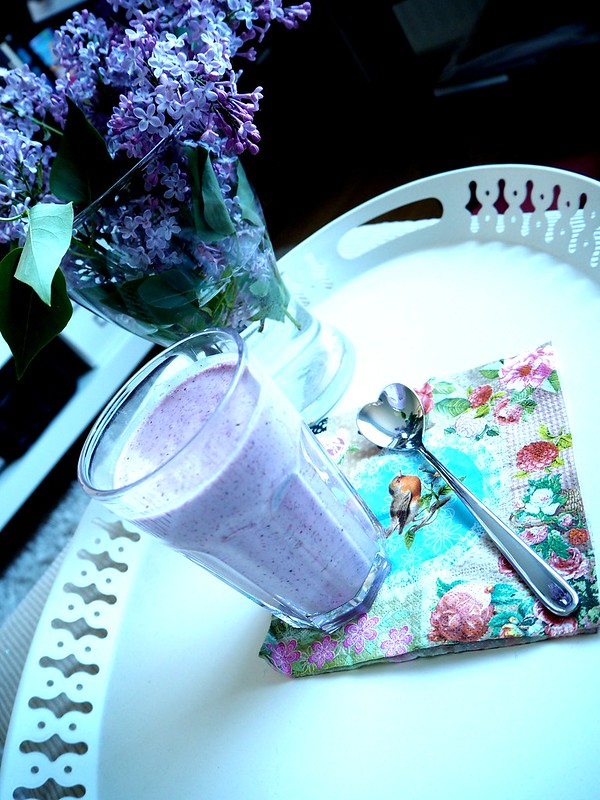 brekkiesmoothie4 weekends, Brekkiesmoothie1 weekends, aamiainen, breakfast, easy morning, weekend, viikonloppu, tarjotin, valkoinen, white, napkin, lautasliina, marjasmoothie, berrysmoothie, colorful, värikäs, lusikka, sydänlusikka, heart spoon,