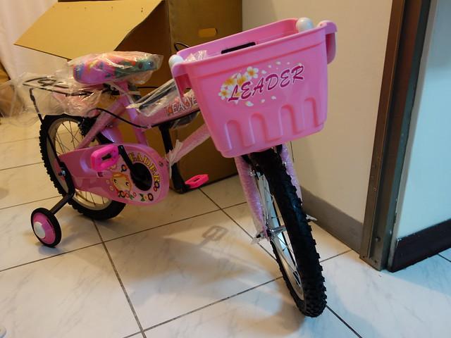 拆箱取出發現是組裝到一半的半成品,左後方的輔助輪和龍頭要自行安裝@Adagio 16吋卡布奇諾打氣胎童車附置物籃-粉色(BEYJ179P)