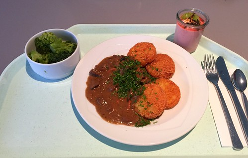 Beef chop in pepper cream sauce with roesti / Rindergeschnetzeltes in Pfefferrahmsauce mit Rösti