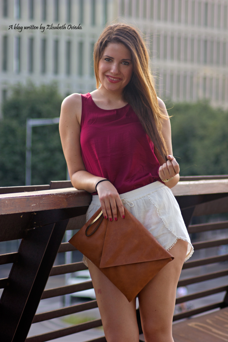 shorts blancos camiseta burgundy clutch pull and bear stradivarius HEELSANDROSES (2)