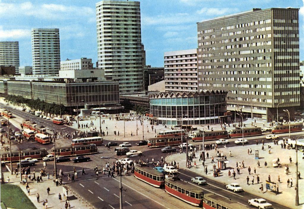 Le centre de Varsovie près du Palais de la Culture sur une carte postale des années 1970.