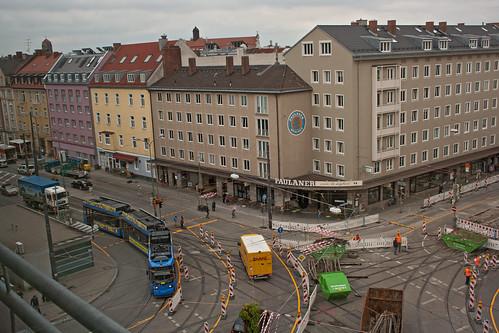 Baustelle am Ostfriedhof, ein Teil der Gleiskreuzung wird von der Tram 35 befahren.