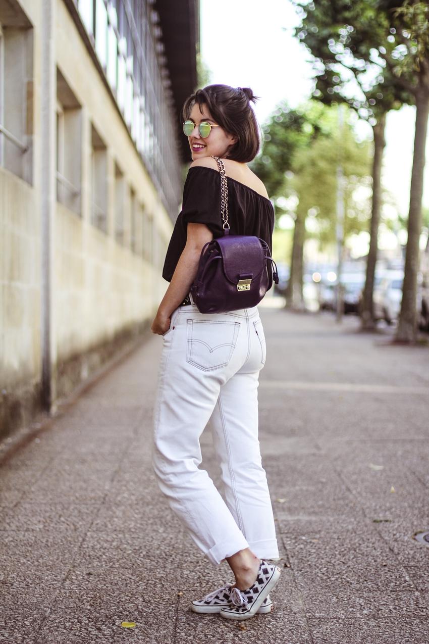 hombros al aire como combinar camiseta primark y mochila violeta de zara