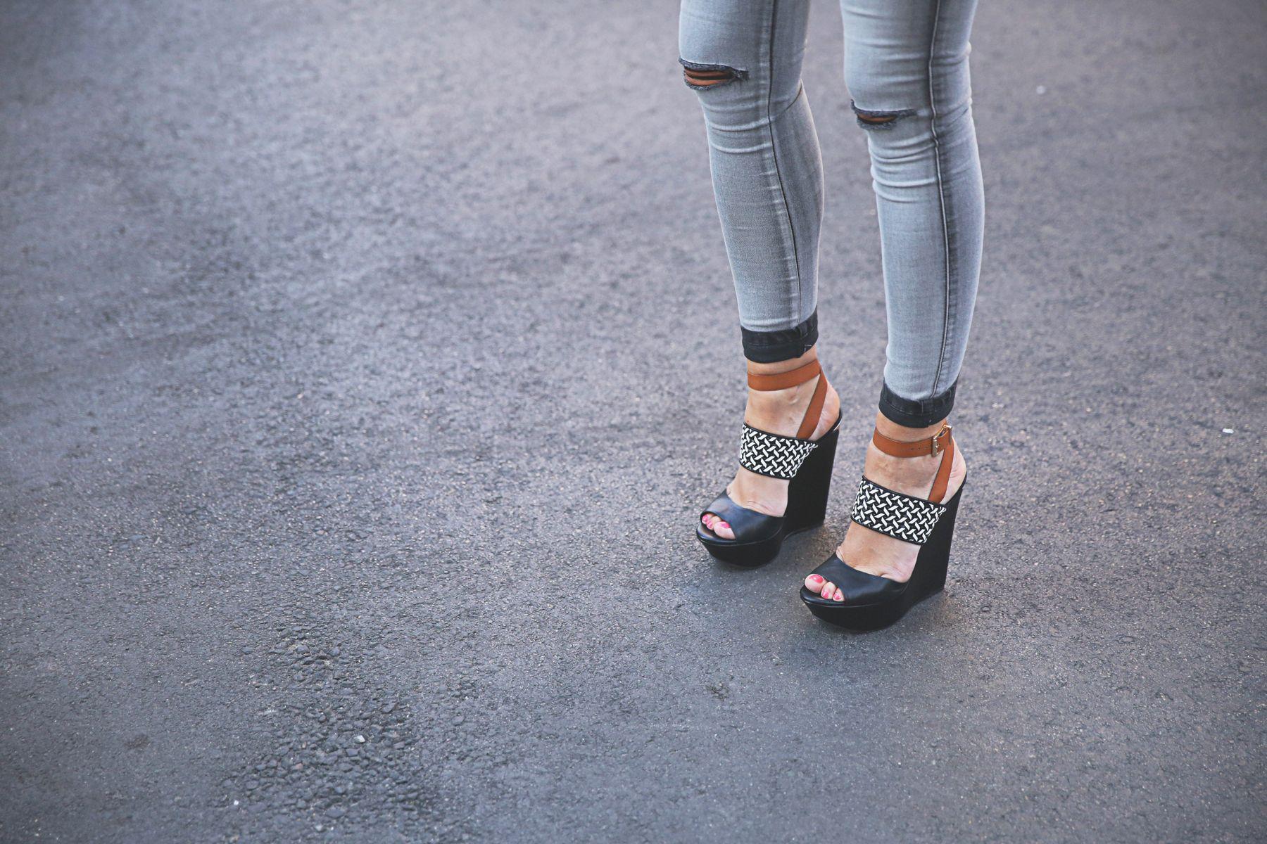 trendy-taste-look-outfit-street-style-ootd-blog-blogger-fashion-spain-moda-españa-SS15-verano2015-tendencias-trends-zara-buylevard-valentino-jessica-simpson-skinny-jeans-grey-white-blazer-americana-blanca-vaqueros-pitillo-sandalias-sandals-etnicas-11