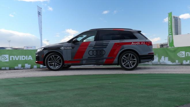 CES 與會者可以於自駕車展示中乘坐於搭載 NVIDIA DRIVE PX 2 的 Audi Q7 概念車後座,且無人控制方向盤