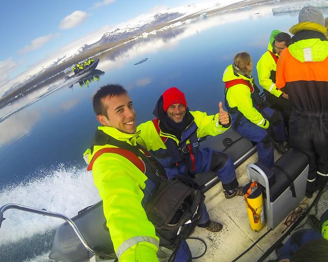 Con mi amigo Manolito, navegando a todo trapo por las aguas de Jökulsárlón en Islandia
