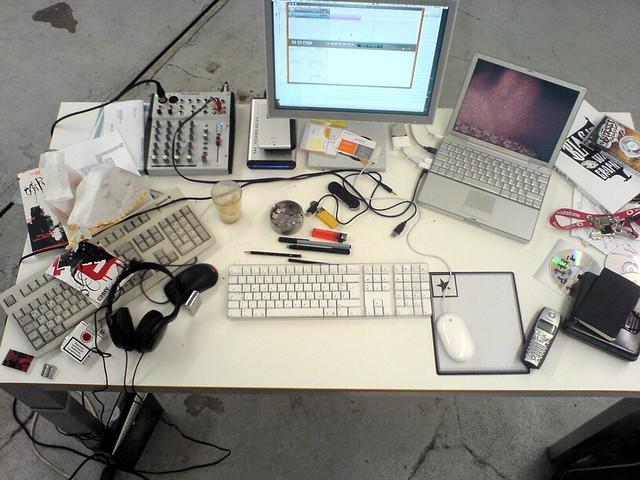 Schreibtisch chaos der spreeblick desktop johnny for Schreibtisch chaos