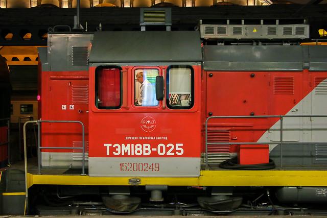Locomotive of Red Arrow sleeper train before departure, Saint Petersburg, Russia サンクトペテルブルク、モスクワ駅から出発前の赤い矢号(レッドアロー号)機関車