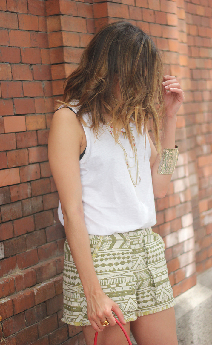 printed shorts zara white shirt summer outfit05