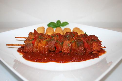 45 - Shashlik fry in bell pepper tomato sauce - Side  view / Schaschlik-Pfanne in Paprika-Tomatensauce  - Seitenansicht