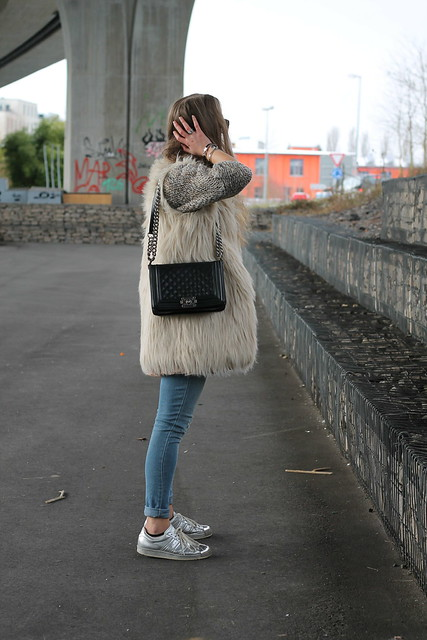 fake-fur-vest-whole-outfit-side-wiebkembg