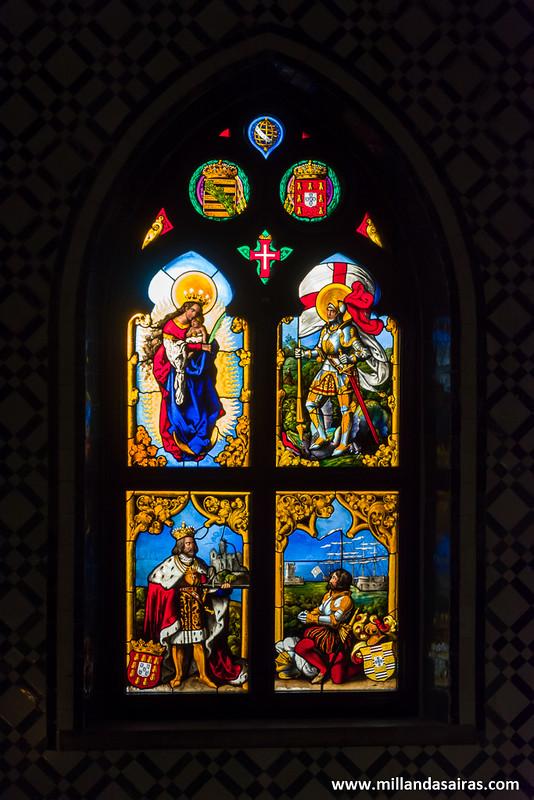 Vidriera restaurada con imágenes monárquicas y religiosas