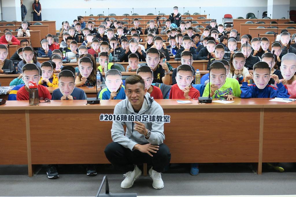 旅外足球好手陳柏良返母校中正高工舉行足球教室。(國訓中心提供)
