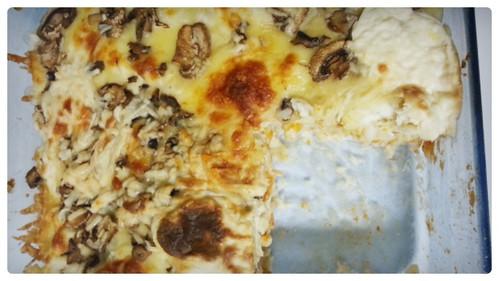 Lasagna de salsa roja y champiñones con fideos tornillo