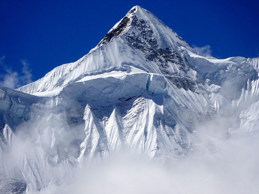 Η πυραμίδα της κορυφής του Kangbachen(7902μ)