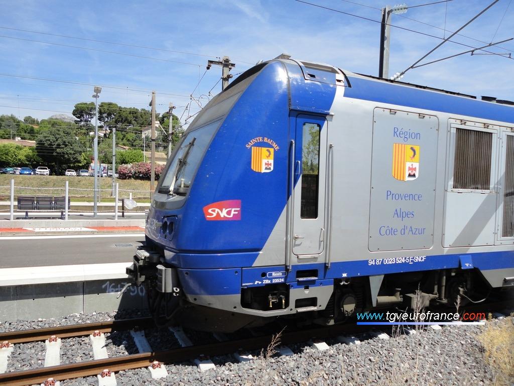 Une rame TER 2N (Z 23500) d'Alstom Transport quittant la gare aubagnaise