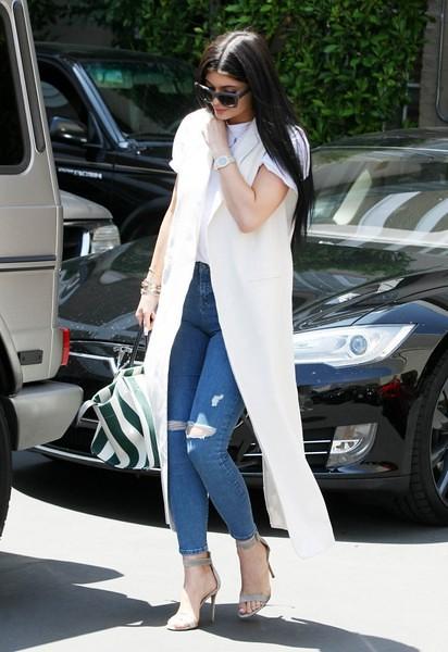 Kylie+Jenner+Kylie+Jenner+Stops+Dermatologist+0AODrdTk5N5l