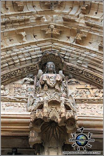 Puerta de los Apóstoles, Catedral de Lleida, Cataluña. España.