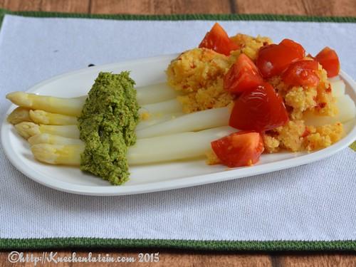 ©Würziger Spargel mit Rucola-Pesto und Tomaten-Polenta