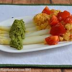 Würziger Spargel mit Rucola-Pesto und Tomaten-Polenta