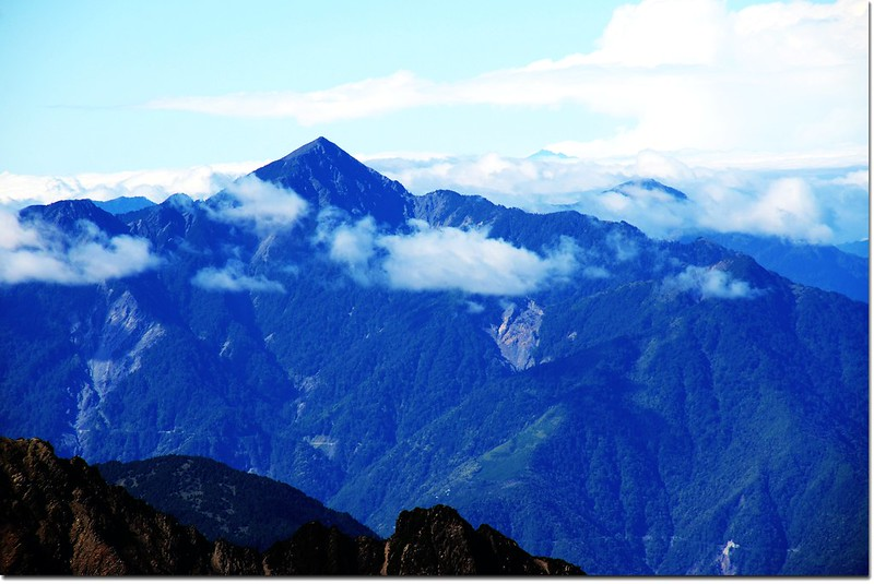 玉山登頂前南眺關山,右後為北大武山