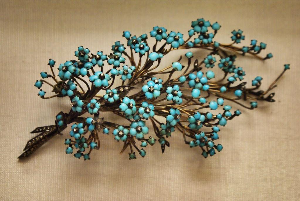 Les motifs végétaux et floraux apparaissent bien avant l'apparition de l'art nouveau peut être par sophistication de l'art populaire ?