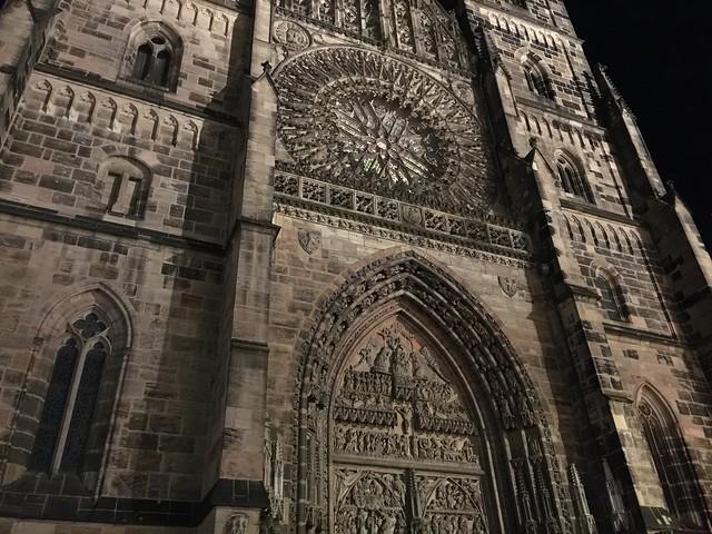 Fachada iluminada de la iglesia de San Lorenzo (Baviera, Alemania)