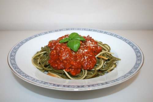 22 - Spaghetti with ground meat tomato sauce - Side view / Spaghetti mit Hackfleisch-Tomatensauce - Seitenansicht