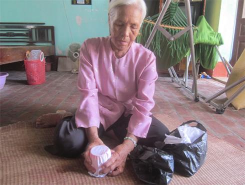 Bà lão 74 tuổi hơn 10 năm đi nhặt xác hài nhi
