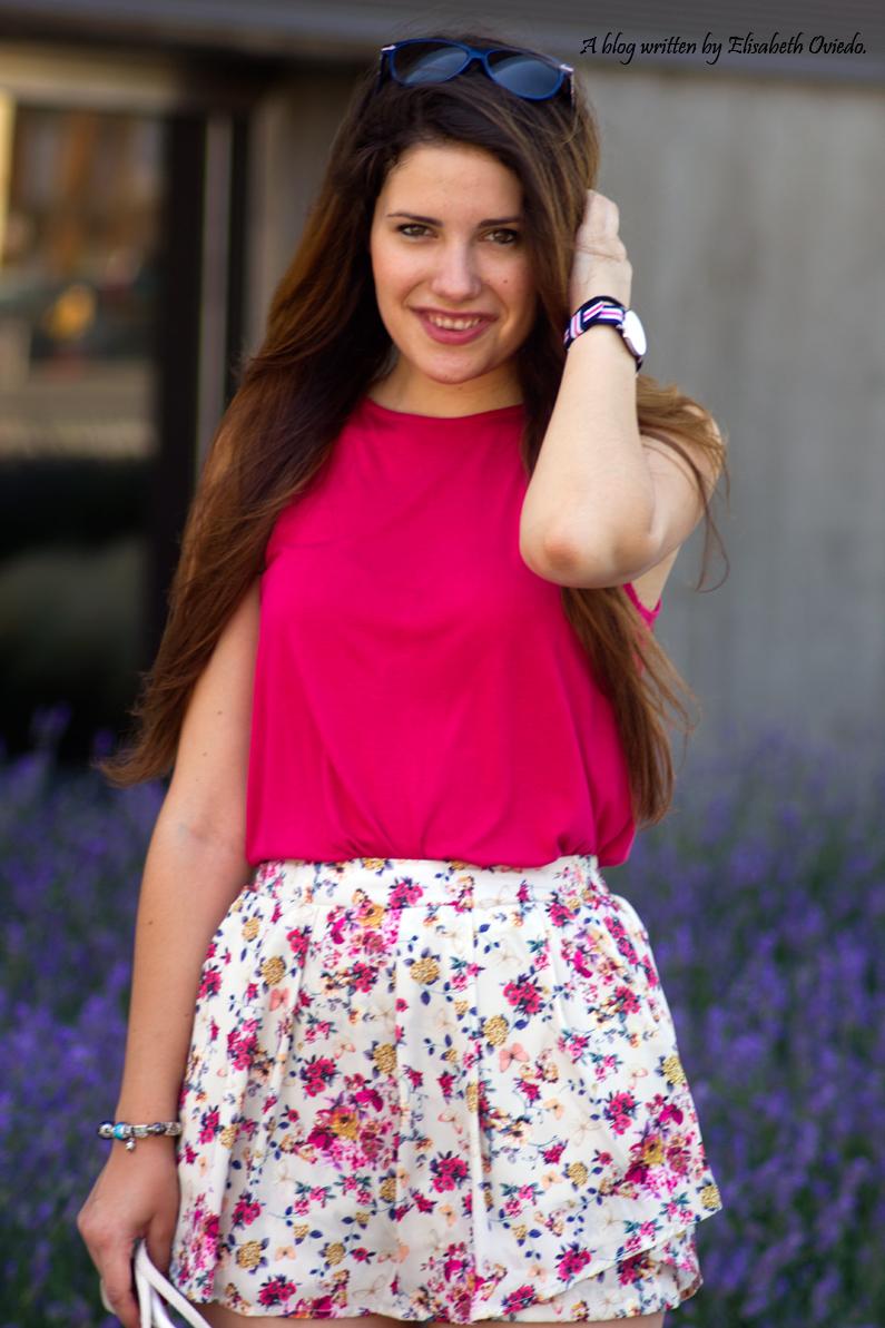 Falda-estampado-verano-STRADIVARIUS-HEELSANDROSES-camiseta-rosa-(1)