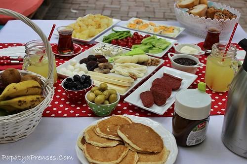 aylinin bahçede kahvaltı 012