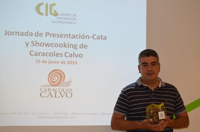 Ángel Calvo posa delante del cartel de la Cata