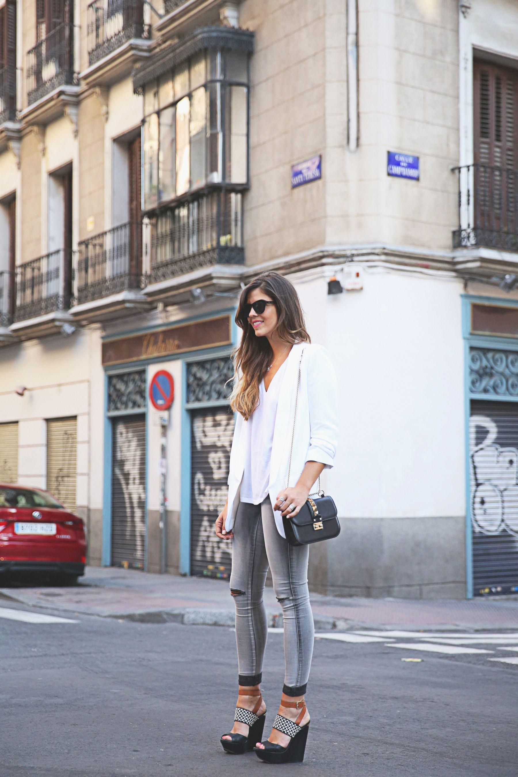 trendy-taste-look-outfit-street-style-ootd-blog-blogger-fashion-spain-moda-españa-SS15-verano2015-tendencias-trends-zara-buylevard-valentino-jessica-simpson-skinny-jeans-grey-white-blazer-americana-blanca-vaqueros-pitillo-sandalias-sandals-etnicas