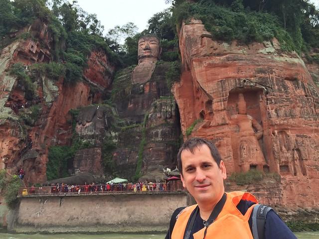 Sele con el Gran Buda de Leshan detrás (Sichuan, China)