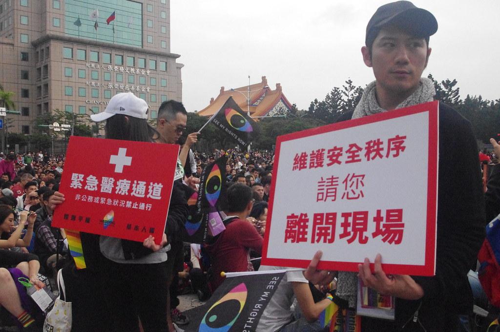 由於參與人數眾多,活動志工拉起「醫療通道」的封鎖線,要求群眾不得逗留,否則予以驅趕。(攝影:高若想)