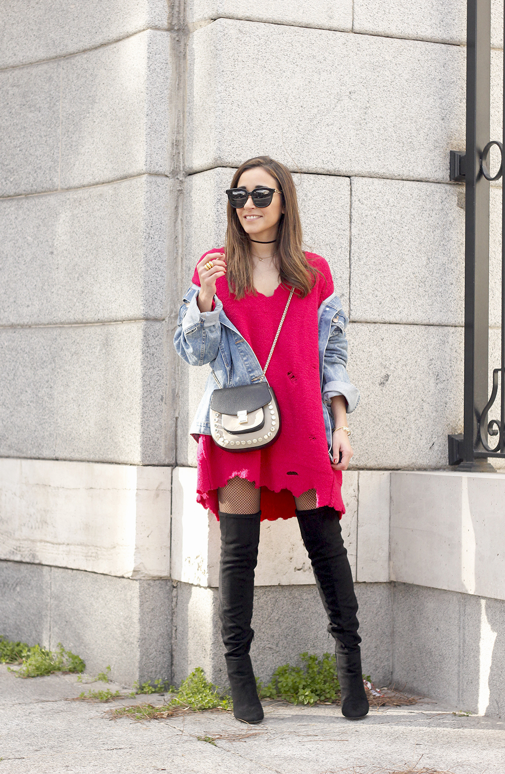 ripped sweater dress jersey rotos over the knee boots denim jacket uterqüe bag03