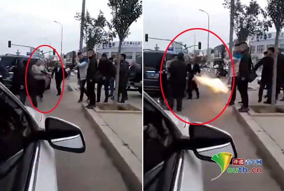 Shandong linyi people hit each other on the street a man armed with a shotgun and wounded two people, the police said it was pursuing