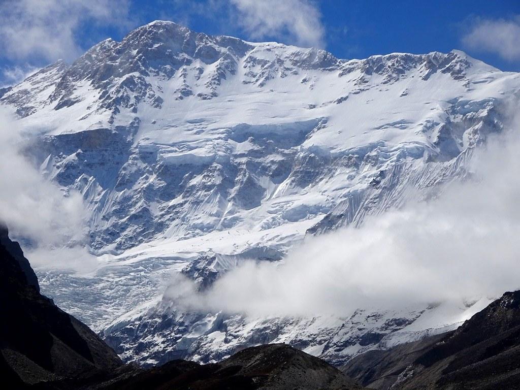 H βόρεια του Kangchenjunga (8586μ) ! To συγκρότημα των κύριων κορυφών του αποτελεί φυσικό σύνορο ανάμεσα στο Νεπάλ και την Ινδία και υποστηρίζεται από μακριές κορυφογραμμές που σχηματίζουν ένα γιγαντιαίο Χ