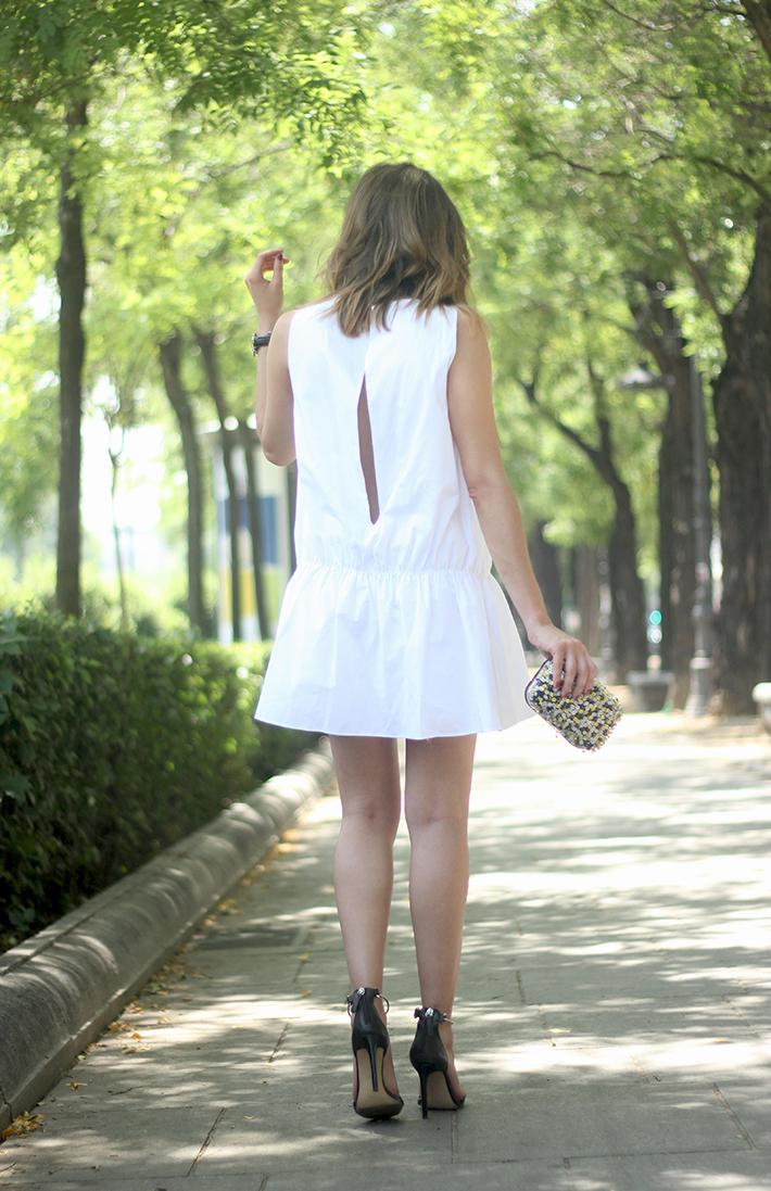 White dress black sandals05