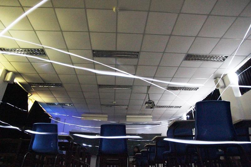 正常蝙蝠在教室內紀錄飛行的光軌