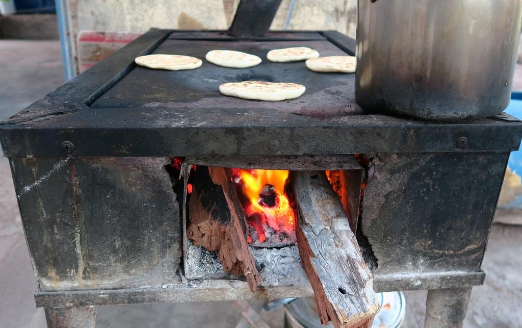 El foc, cremant amb llenya 'mezquite' (paraula espanyolitzada provinent del nàhuatl).