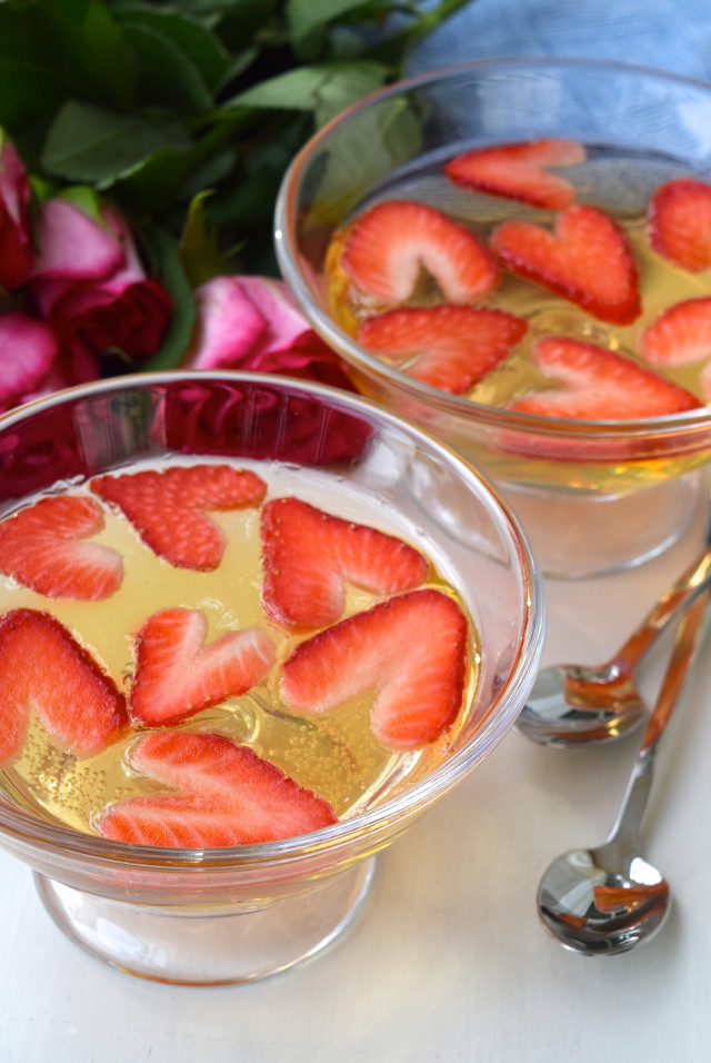 Valentines Day Heart Shaped Strawberry & Champagne Jellies | www.rachelphipps.com @rachelphipps