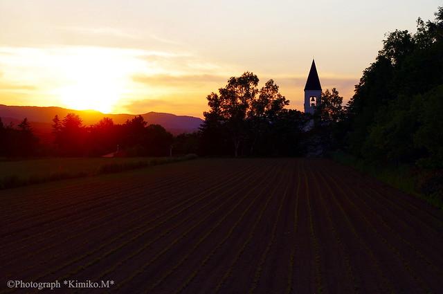 尖塔と夕陽